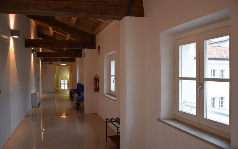 vista di uno dei corridoi interni alla sede di Santa Chiara