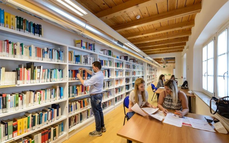 Scorcio della biblioteca della sede di Santa Chiara