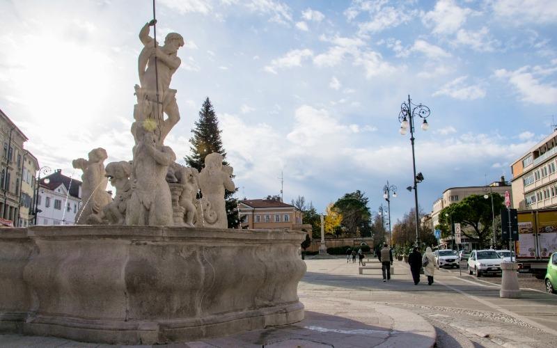 vista di Piazza Vittoria (GO) con la fontana del Nettuno in primo piano